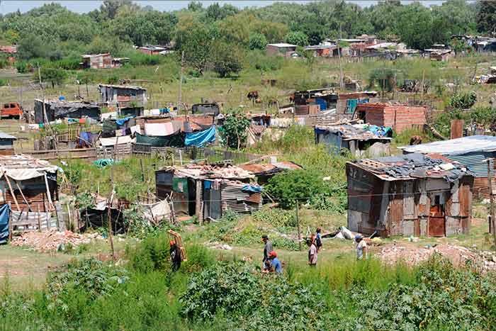 La pobreza en la Argentina aumentó al 42% y la indigencia se mantuvo al  10,5%, según el INDEC